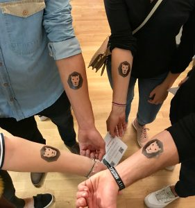 Es gibt Klebe-Tattoos von DataLion auf der IIEX